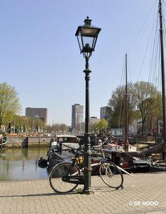 De oude Haven in Rotterdam met lantaarn | Klassieke, koperen en duurzame straatverlichting van DE NOOD | Bekijk onze collectie straatverlichting op http://denood.nl/nl/straatverlichting/collectie.htm