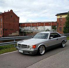Mercedes-Benz W126 — серия флагманских легковых автомобилей немецкой торговой марки Mercedes-Benz. Представленная в 1979 году как замена более ранней модели W116, W126 стал вторым поколением флагманских автомобилей Mercedes-Benz, официально носившем название S-класс, то есть Sonderklasse (с нем. «Особый класс») #mercedesw126#mercedesbenz#mercedessclass#mercedes#w126#mercedesw126coupe#560sec#историяавто Mercedes Benz W126, Mercedes Benz Germany, Mercedes Benz 500, Porsche 911 964, Dream Car Garage, Benz S Class, Classic Mercedes, Nissan Gt, Nissan 370z