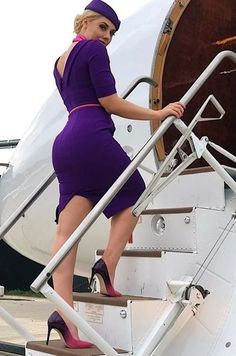If such a stewardess is walking along your plane, then all you will do is look at her massive sexy legs. Flight Attendant Hot, Airline Attendant, Airline Cabin Crew, Belle Silhouette, Airline Uniforms, Hot Girls, Female Pilot, Beauty Cabin, Madame