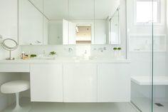 Banheiro com decoração contemporânea e sofisticada, em tons de branco. Marcenaria planejada. Projeto de reforma e design de interiores para apartamento de 250 m2 na Vila Olímpia, São Paulo.