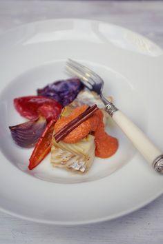 Bacalhau do mar vermelho | #ReceitaPanelinha: Lindo e delicioso, este bacalhau assado combina diferentes tons de vermelho para um sabor surpreendente. O molho de pimentão e a canela coroam o prato.