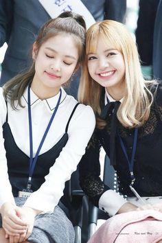 Jennie and Lisa of Blackpink.