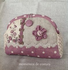 Momentos de Costura: En tonos morados Diy Bags Purses, Fabric Purses, Diy Purse, Diy Pouch No Zipper, Zipper Bags, Patchwork Bags, Quilted Bag, Handmade Handbags, Handmade Bags