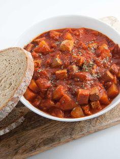 Rezept für ein einfaches, veganes Gulasch mit Räuchertofu und Kartoffeln - perfekt für die kälteren Monate. Und so lecker!