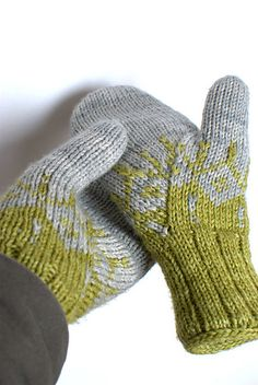 Ravelry: Project Gallery for Gradient - les moufles pattern by Louise Dietz Crochet Mittens, Mittens Pattern, Knitted Gloves, Knit Or Crochet, Knitting Socks, Knitting Needles, Hand Knitting, Knitting Patterns, Crochet Cats
