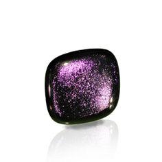 Anillo Dic-In color #violeta Colección que se caracteriza por sus colores, sumergidos dentro de la pieza, que cambian de tonalidad según incida la luz sobre ellos. Así hay rojos que tiran a dorados,verdes que se vuelven azulados... Es la magia de vidrio dicróico!!! 3,5cm.de lado aprox.  Base de plata ajustable. Se entrega en caja de cartón duro con tarjetita informativa.20€  #anillo #vidrio #plata #handmade #glass #silver #daviniadediego