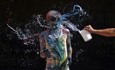 India: il festival dei colori.  Un ragazzo si pulisce con dell'acqua dopo essersi imbrattato con i colori della festa, a Chennai, nel sud dell'India. (Reuters/Babu)