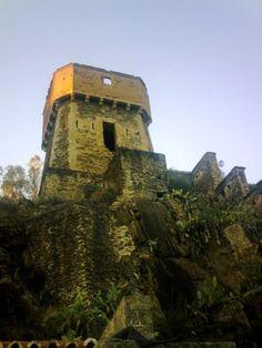 """Una de las Torres árabes para la defensa del Puente de Alcántara. Cuando llegaron a estas tierras los """"moros"""" y vieron el puente romano, decidieron llamar a esta tierra """"Al Qantarat"""", que significa precisamente """"Puente"""""""