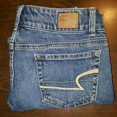 American Eagle Jeans These are American Eagle Jeans.  The style is artist, they are capri or crop.  They are size 2 with a length of about 24 They are in good condition with no fray.  Nice jeans for a nice price American Eagle Outfitters Jeans Ankle & Cropped