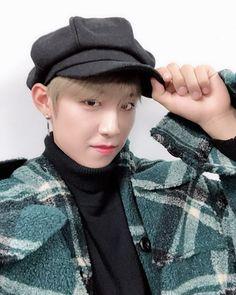 """워너우진 di Instagram """"ㅠㅠㅠㅠㅠ아구 이뽀라ㅠㅠㅠㅠㅠㅠㅠㅠ 오늘은 쉽게 댓글 달게 해조소 고마오 우진ㅠㅠㅠㅠㅠㅠ 빵모자라니ㅠㅠㅠㅠㅠ 존재 자체도 이미 귀여운데 손가락ㅠㅠㅠㅠㅠㅠ 손가락ㅠㅠㅠㅠㅠㅠㅠ 아 사랑스러워ㅠㅠㅠㅠㅠㅠㅠㅠㅠ . #박우진#parkwoojin…"""" Kim Jaehwan, Ha Sungwoon, Seong, 3 In One, Boyfriend Material, Jinyoung, Korean Boy Bands, New Music, Rapper"""