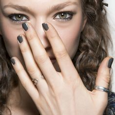 Nagellaktrend winter 2016: donkere nagels @ Etro a/w 2016