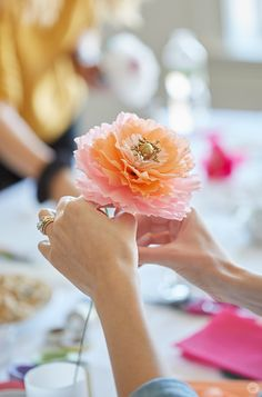 Crepe paper flowers: DIY pretty peonies Crepe paper flowers are a kind of beautiful all their own. Here's how to make crepe paper peonies. Crepe Paper Flowers Tutorial, How To Make Paper Flowers, Tissue Paper Flowers, Diy Flowers, Peony Flower, Fleurs Diy, Paper Peonies, Paper Roses, Deco Table