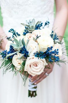 Wedding flowers in a bouquet for the bride to be. White and blue. / Bouquet de mariée blanc et bleu pour un mariage thème blanc et / ou bleu. Roses pastel.