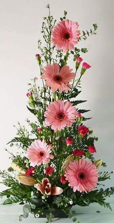 Make use of beautiful Easter flower arrangements to dress up your house ahead of the Easter festival. Find out-of-the-box flower arrangement ideas here. Easter Flower Arrangements, Creative Flower Arrangements, Flower Arrangement Designs, Beautiful Flower Arrangements, Floral Arrangements, Fresh Flower Arrangement, Easter Centerpiece, Ikebana, Altar Flowers