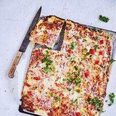 Pellillinen kinkkupiirakkaa | Maku Quiche Lorraine, Vegetable Pizza, Lasagna, Cheddar, Cooking Recipes, Treats, Cheese, Baking, Vegetables