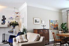 Mélange de styles et d'époques. Le gris très doux laisse toute la place aux meubles et aux tableaux et ce, dans une ambiance feutrée Styles, Architecture, Place, Decoration, Gallery Wall, Home Decor, Gray, Bespoke Furniture, Painted Canvas