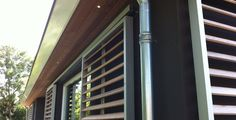 Houten lamellen, in aluminium frame voor de sfeer en als zonwering.