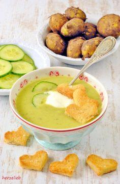 """Ich konnte mir nun wirklich nicht vorstellen, dass eine kalte Gurken-Kartoffelsuppe schmecken kann. Als ich an diesem Rezept gefeilt habe, war mir nicht klar, dass es diese Suppe sofort in die Top 10 meiner Suppen-Lieblinge schaffen würde. Gurkensuppe und dann … <a href=""""http://herzelieb.de/gurken-kartoffelsuppe-kalt-rezept/"""">Weiterlesen</a>"""