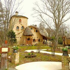ジブリやムーミンの谷のお話は日本人なら誰もが観たことありますよね?そんな世界観を持った森が実際あるんです!!そんな話題沸騰の「ぬくもりの森」をたっぷりご紹介いたします!ぜひ、ゴールデンウィークや土日に訪れてみてはいかがでしょう? Mud House, Tiny House, Storybook Homes, Japan Landscape, Unusual Homes, Fairy Garden Houses, Earth Homes, Paradise On Earth, Earthship