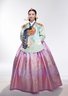 "Actress Park Ha Sun, who played Queen Inhyeon in the historical drama ""Dong Yi"". Korean Hanbok, Korean Dress, Korean Outfits, Korean Traditional Dress, Traditional Fashion, Traditional Dresses, Oriental Dress, Oriental Fashion, Asian Fashion"
