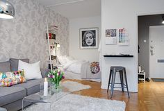 Welcome to a small Swedish apartment where refinement meets practicability. Discovered on Alvhem, this 37,5 square meter gem is located in the city of Goth