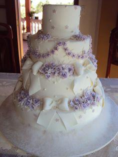 Bolo branco e lilás em biscuit http://www.elo7.com.br/casamento/al/5E569 Casamento   Festa   Biscuit   Noivinhos