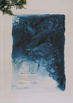 El diseño predominante en esta invitación es la acuarela, el texto impreso con termografía, y por último, el corte del papel para darle ese aspecto artístico del papiro. Fotografía de Rand and in Love