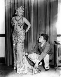 Mae West y Travis Banton en la prueba de vestuario de I´m no Angel, 1933