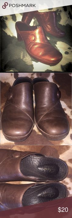 Clarks- Brown Leather Mules sz 7.5 Brown Leather Clarks Heeled Mules  size 7.5, With button-like detail and the classic Clarks very supportive, very comfortable soles. I'm good used condition! Clarks Shoes Mules & Clogs