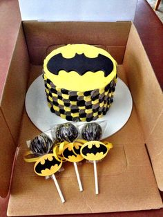 Batman smash cake and cake pops. - Batman Party - Ideas of Batman Party - Batman smash cake and cake pops. Batman Birthday Cakes, Lego Batman Party, Novelty Birthday Cakes, Superhero Birthday Party, 4th Birthday, Birthday Ideas, Batman Cake Pops, Batman Cupcakes, Superhero Cake Pops