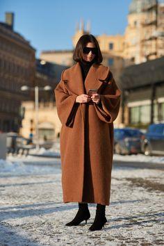 Stockholm A/W - The Style Stalker - Street Style by Szymon Brzóska Fernanda Yamamoto, Camel Coat Outfit, Top Street Style, Stockholm Street Style, Scandinavian Fashion, Quirky Fashion, Oversized Coat, Minimalist Fashion, Coats For Women