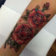Hecho en @viveiro_tattoo_estudio ... Lidia quería unas rosas en blanco y negro... Aproveche que es ciega para hacérselas en color ... Mañana en Lugo @elbonaloveandpride ... Jueves en @secretbridgetattoo y el viernes y el sábado con la troope de @katattoomba ... #traditionaltattoo #rosetattoo #roses #galicia #galiciacalidade #viveiro #lugo #orense #acoruña #galiciatattoo