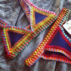 Lindos Biquínis de Croché,Váriosmodelos com Esquemas!!!    Com a tendência dos trabalhos manuais, os biquínis de crochê estão em evidência. E agora no verão, as mulheres comecem a sair em busca do biquíni ideal, além de ser muito delicados, eles são lindos e com estilo bem praiano. Sempre procuramos biquínis que vá …
