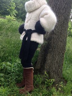 Black accessories in white mohair. Another Timothy Howerter creation Fluffy Sweater, Mohair Sweater, Sweater Boots, Fur Boots, Thick Sweaters, Wool Sweaters, Mini Robes, Red T, Mittens