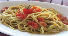 Un primo piatto insolito che vi stupirà: spaghetti ai pomodorini in crema di avocado!
