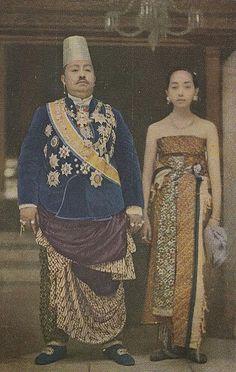 Sebuah foto berwarna yang menampilkanSunanPakubuwono X sewaktu menikah dengan GKR. Hemas di Keraton Surakarta, 27 Oktober 1915.