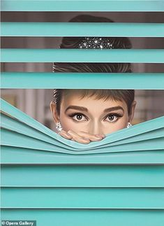 Audrey Hepburn was the inspiration for Michael Moebius' work which he called Tiffany Blue . Audrey Hepburn Wallpaper, Audrey Hepburn Kunst, Audrey Hepburn Style, Audrey Hepburn Illustration, Audrey Hepburn Breakfast At Tiffanys, Breakfast In Tiffany, Audrey Hepburn Drawing, Audrey Hepburn Costume, Katharine Hepburn