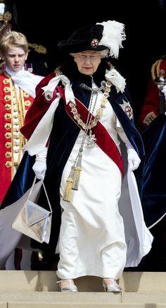 カッコよすぎ!エリザベス女王、中世の騎士団マントで叙任式へ   NewsWalker