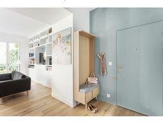 Entrée chic et simple avec meuble en bois Gares conception : www.gares-conception.com