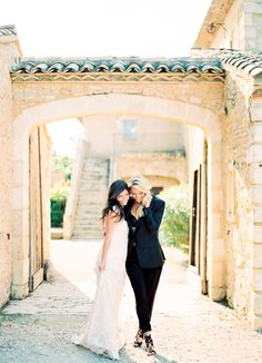 Hameau des Baux is the perfect place to get married inProvence! I love this couple