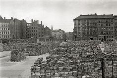 Berlin_wedding 1948 Die Bernauerstrasse Ecke Ruppinerstrasse-Im Vordergrund Ziegelsteine zu Wiederverwendung