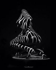 De vorm van een vrouw, knielend, maar zal zich niet overgeven aan het verleiden van een man.