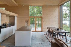 Kök och matplats med utgång till altan