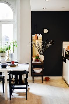 Love a black wall in the kitchen.