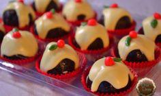 Bombom de Brownie Bombons de massa de brownie, decorados com chocolate branco e confeito de açúcar.