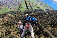 First-time hang glider hangs on for dear life after pilot forgets to attach him - The Breaking News Headlines Ala Delta, Hang Gliding, Great Videos, Videos Funny, Extreme Sports, Gliders, North Face Backpack, First Time, Funny Animals