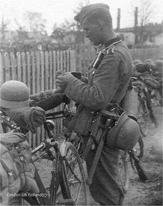 """Un """"Unteroffizier"""" allemand à vélo (Truppenfahrrad) avec son barda complet"""