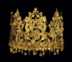 Nomadic gold crown found in Tillya Tepe. Afghanistan: Hidden Treasures from the National Museum, Kabul. It's an amazing collection! I was lucky enough to see for myself last year at the British Museum. Royal Crowns, Tiaras And Crowns, Gold Crown, Crown Jewels, Ancient Jewelry, Antique Jewelry, Royal Jewelry, Jewellery, Greek Jewelry