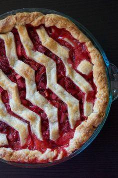 Strawberry Rhubarb Vanilla Bean Pie with Chevron Crust Recipe // Dula Notes. Rhubarb Recipes, Pie Recipes, Sweet Recipes, Dessert Recipes, Cooking Recipes, Rhubarb Pie, Just Desserts, Delicious Desserts, Yummy Food