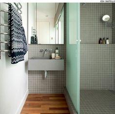 Para construir um novo banheiro com boxe em apartamento é necessário elevar o piso em pelo menos 15 cm. Isso permite a instalação das tubulações hidráulicas que conduzem a água usada no banho para a coluna de esgoto do prédio. Projeto do escritório SAO Arquitetura.